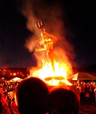 201012-w-holiday-tradition-quema-del-diablo.jpg